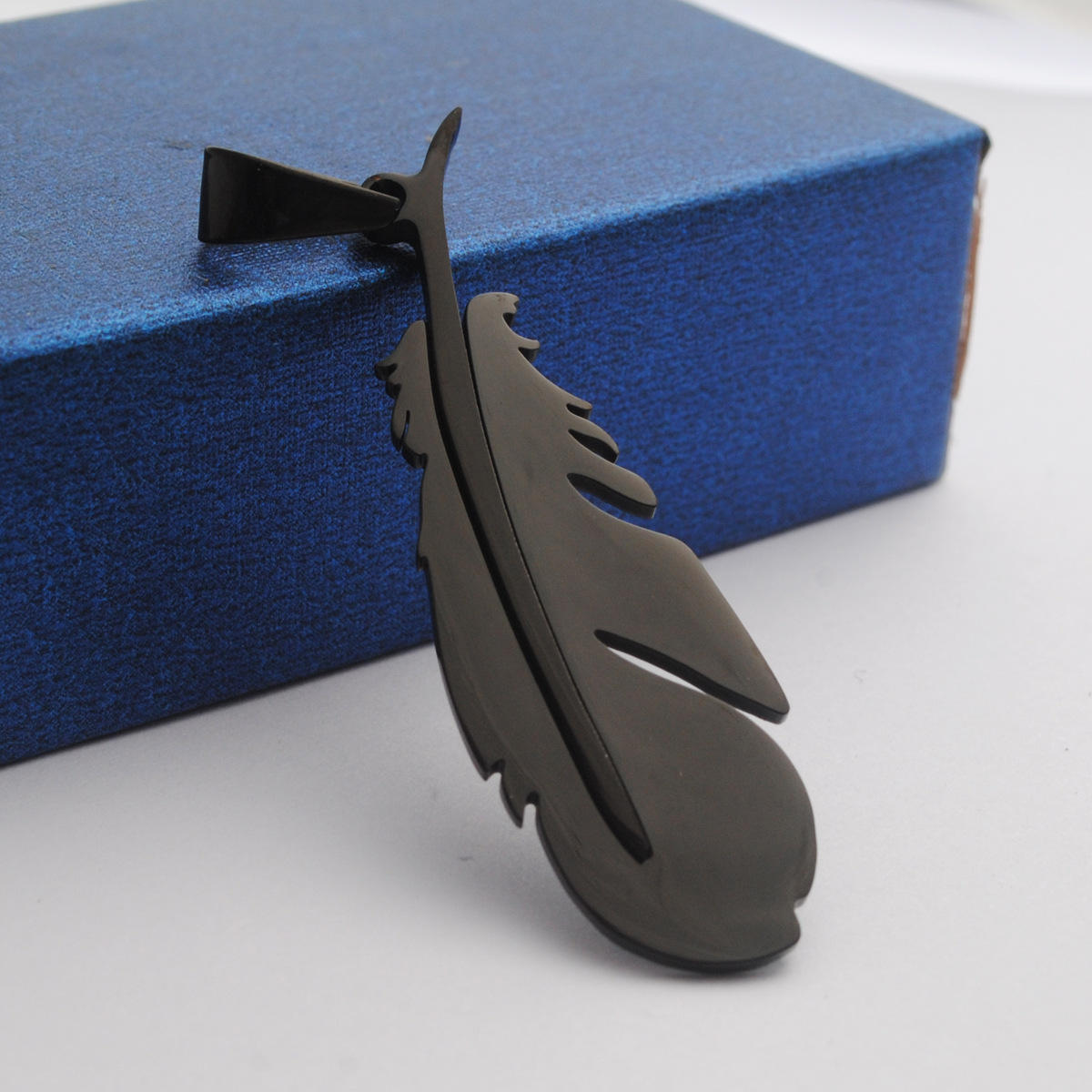 2021 new Stainless steel fashion retro men and women necklace minimalist feather pendant